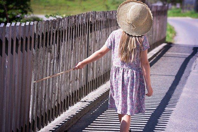 holčička u plotu