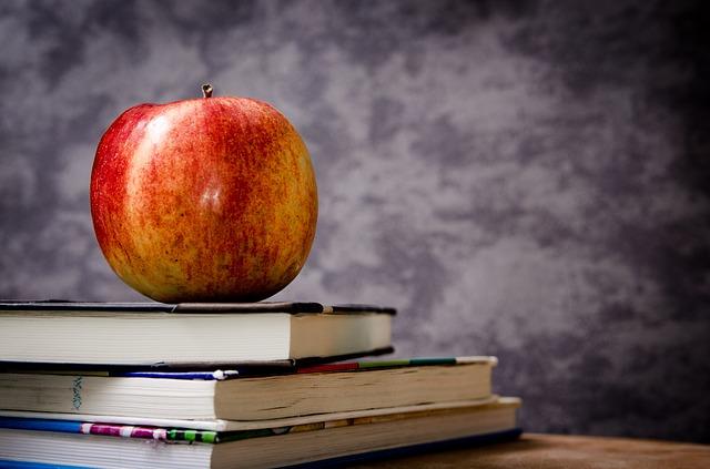 hromádka knih s jablkem