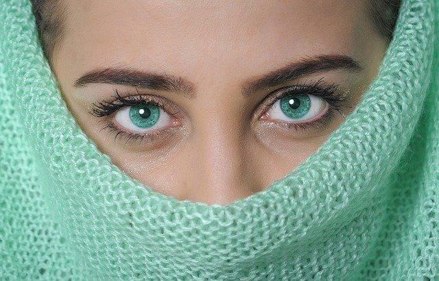 zelené oči modelky