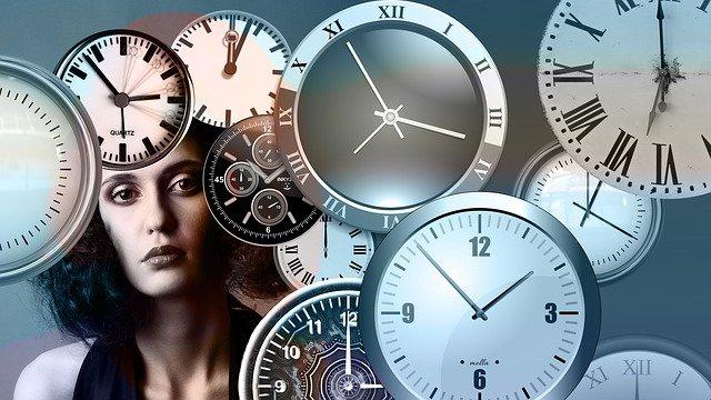 žena s hodinami