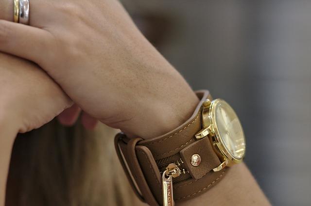 dámské hodinky s koženým páskem
