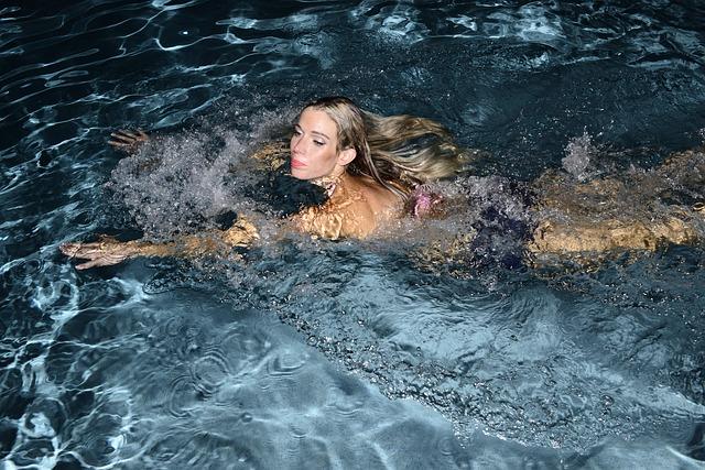 blondýna v bazénu