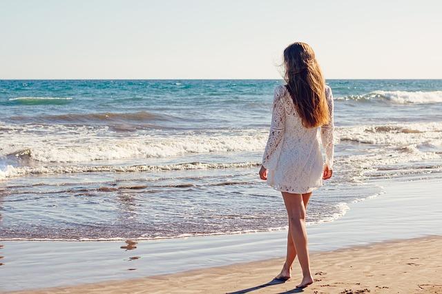 mladá žena na pláži