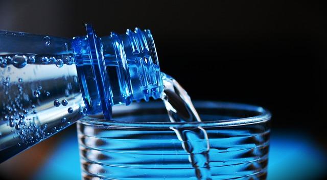 pitná voda z láhve