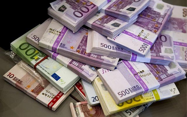 balíčky bankovek.jpg