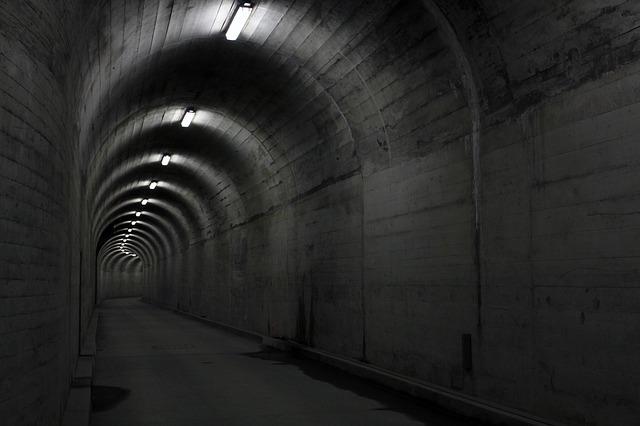 zářivky v tunelu