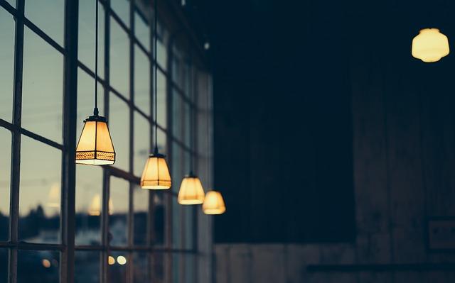 lampičky u okna
