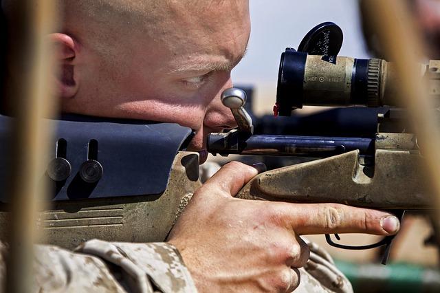 odstřelovač s puškou