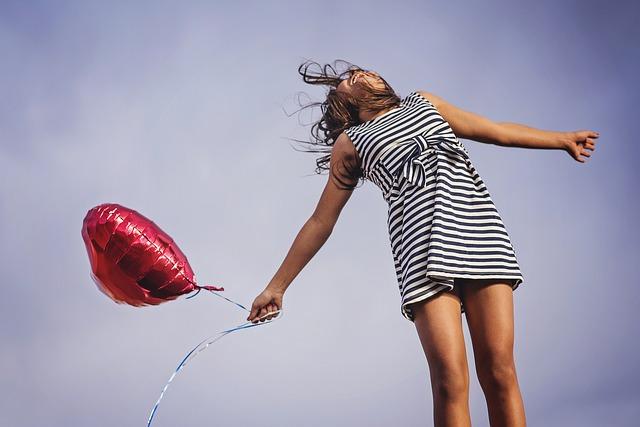 žena s balonkem