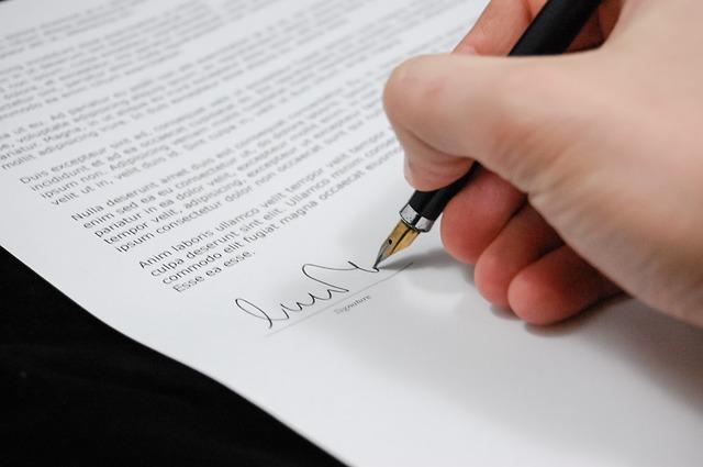 dokument – smlouva s propiskou a podpis
