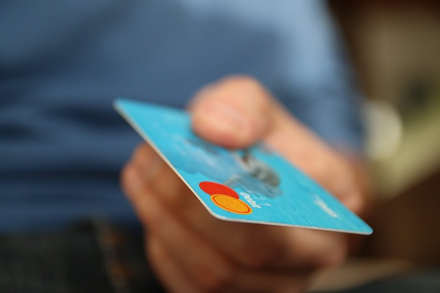 kreditní karta v ruce
