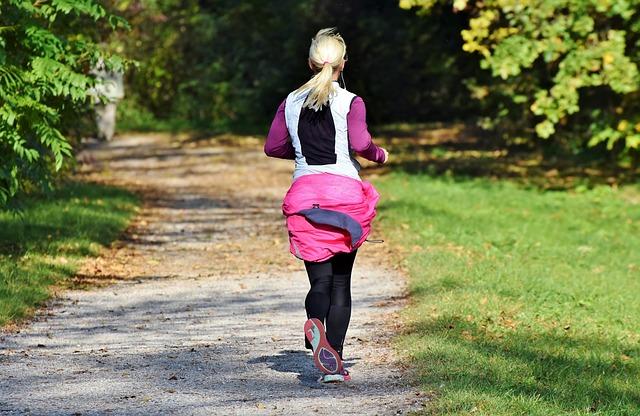 Běžící žena ve sportovním oblečení