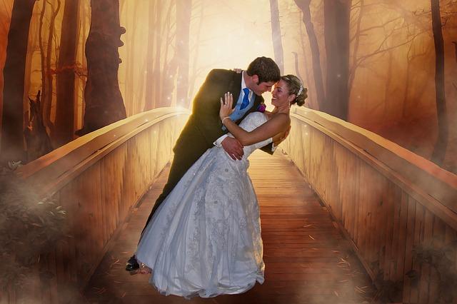 novomanželé na schodech