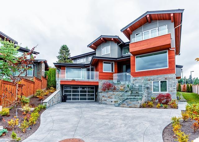 garážová vrata u moderního domu