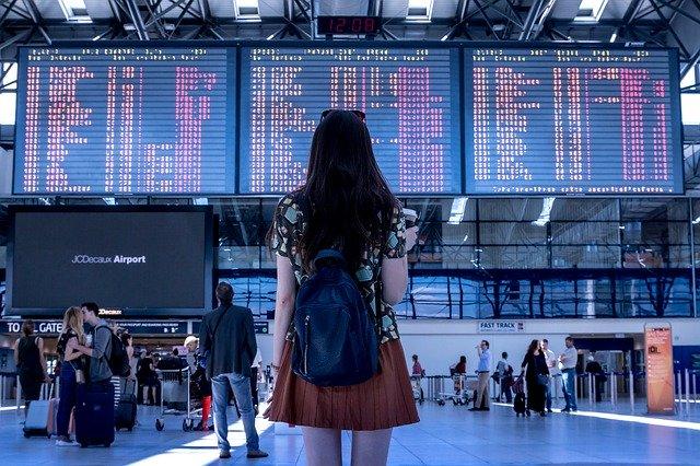Čekání na letišti před odletovou tabulí
