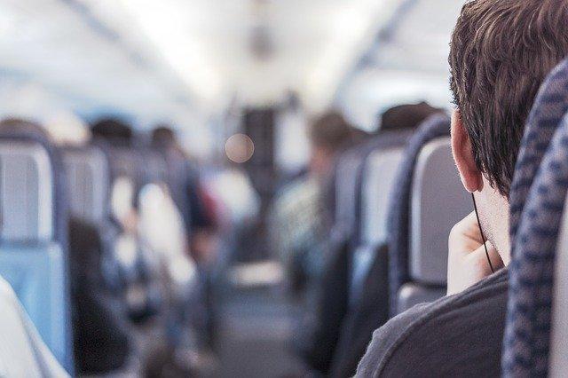 Sedící pasažéři v letadle