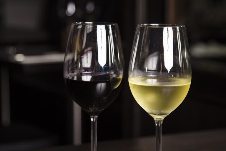 sklenička bílého a červeného vína