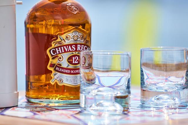 whiskey a sklenice